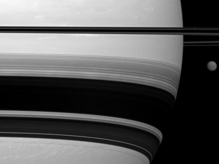 Saturn-626382main beside giant3x4 946-710